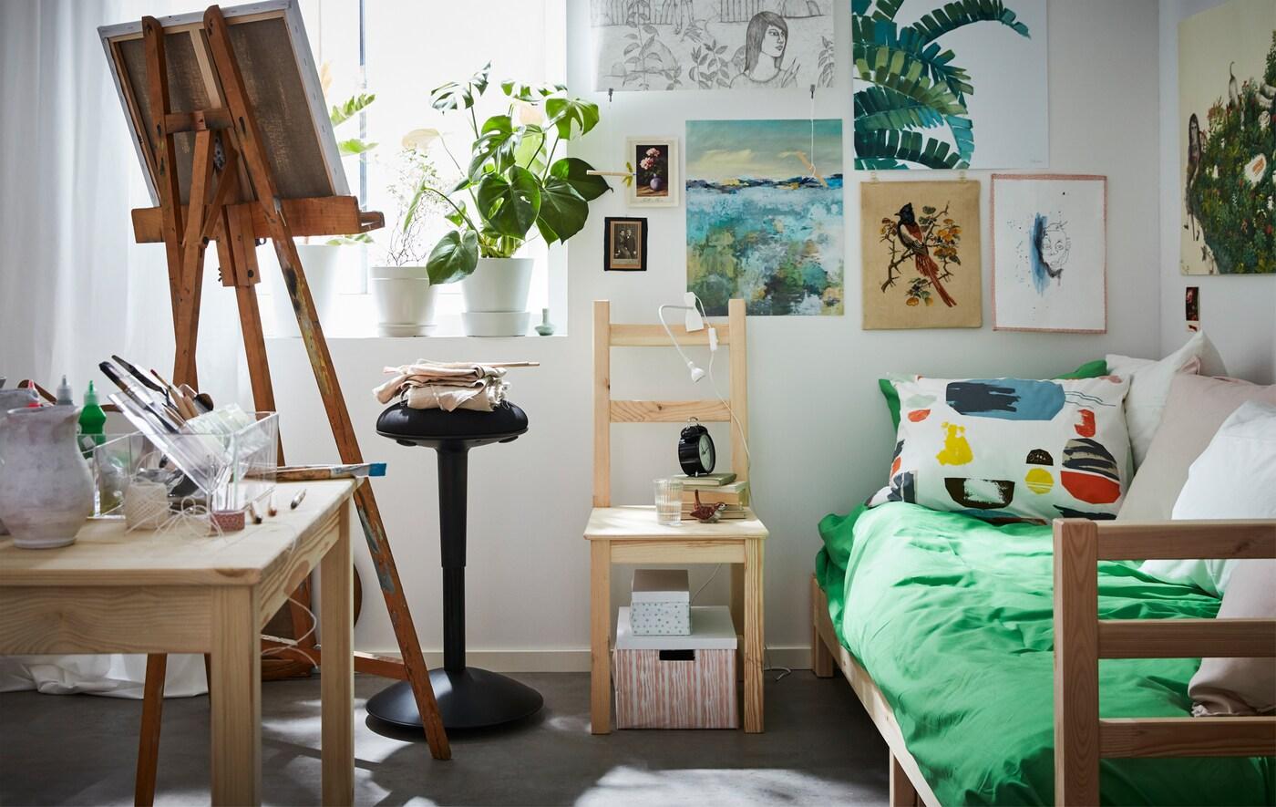 Selvom dit kollegieværelse nok er helt enkelt, når du først indretter det, kan du stadigvæk lade din kreativitet skinne igennem. IKEA har tilbehør til kollegieværelser, f.eks. sengetøj, belysning og masser af bokse og tidsskriftssamlere, så du kan få orden i dine ting.