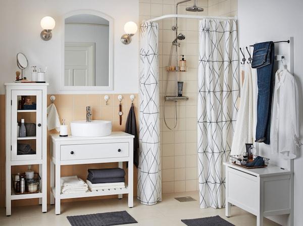 Seria de mobilier pentru baie HEMNES de la IKEA este o serie de mobilier tradițional cu sertare complet albe, suporturi pentru prosoape, băncuțe și corpuri din sticlă, potrivite pentru mai multe spații.