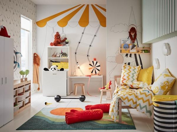 Serie de juguetes y juegos de mesa IKEA LUSTIG en una habitación infantil con temática circense.