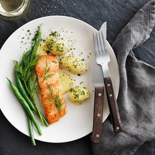 Sers à ceux qui te sont chers du saumon digne de confiance. La série IKEA SJÖRAPPORT est produite avec l'aide de fournisseurs qui pratiquent l'aquaculture, la pêche et la cueillette responsables.