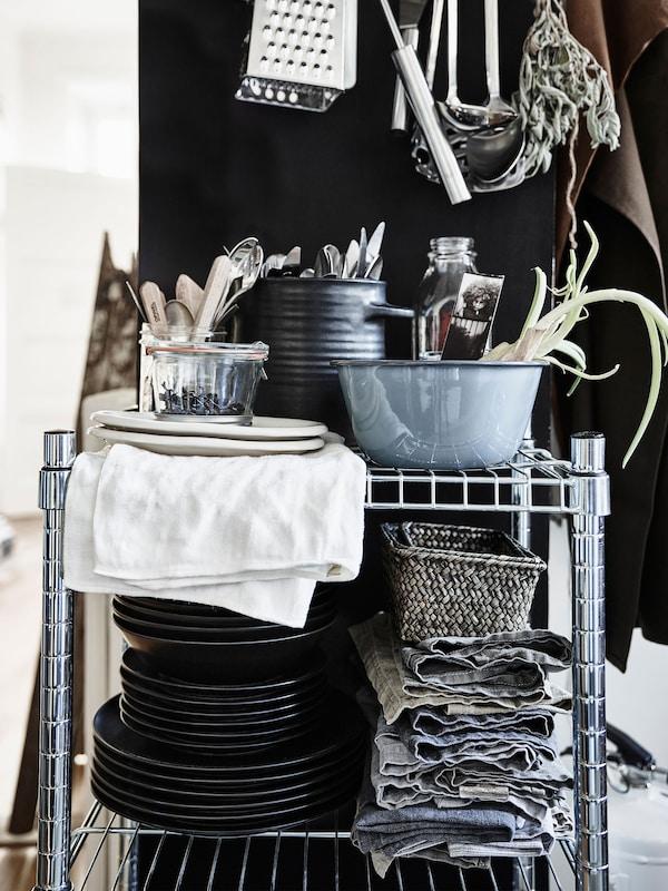 Si quieres agilizar la tarea diaria de poner la mesa, pon una solución que te permita guardar todo lo que necesitas a diario (vajilla, cubiertos y servilletas).