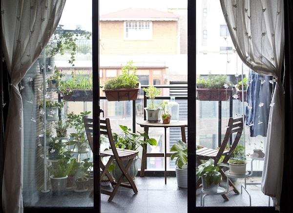 Siddepladser, opbevaring og planter på altanen