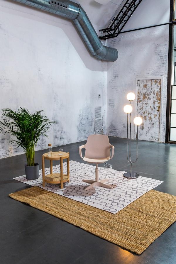 silla, mesa, lámpara y alfombras de IKEA de su programa Formando hogar
