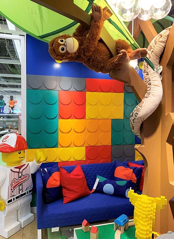 Singe en peluche accroché dans une chambre d'enfant