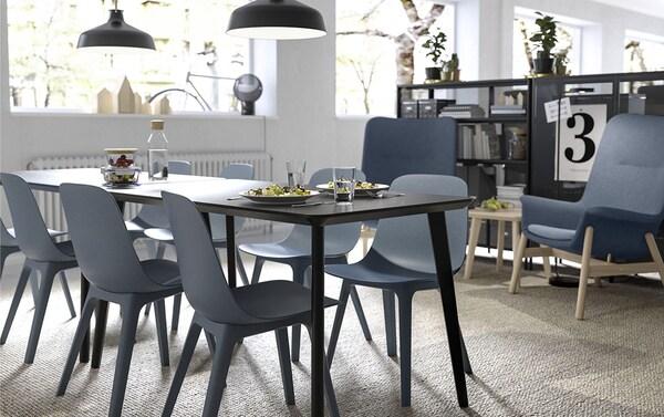 Siniharmaat istuimet antavat tälle neuvotteluhuoneelle harmonisen tunnelman ja innostavat luovaan tiimityöhön. Musta IKEA LISABO pöytä, musta RANARP kattovalaisin, korkeaselkäinen siniharmaa VEDBO lepotuoli ja sininen ODGER tuoli pelaavat yhteen kuin unelma.