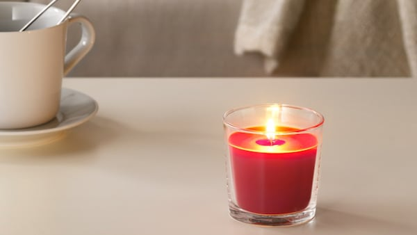 SINNLIG Vonná svíčka ve skle, Červené zahradní bobule, červená