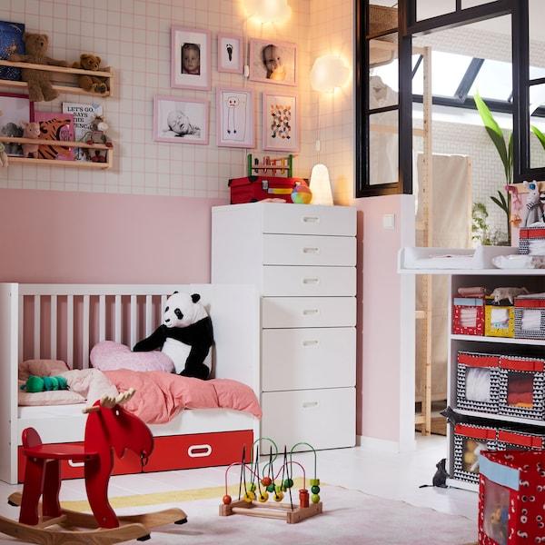 Siri perabot IKEA STUVA dapat menyimpan pakaian dan barangan tukar lampin dengan selamat di bilik kanak-kanak. Aturkan kotak storan ANGELÄGEN yang berwarna-warni supaya anda mudah mencapai barang yang diperlukan.