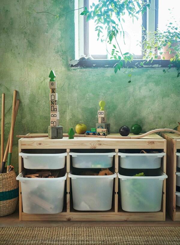 Sistem za odlaganje, s drvenim okvirom, pun dečjih igračaka.