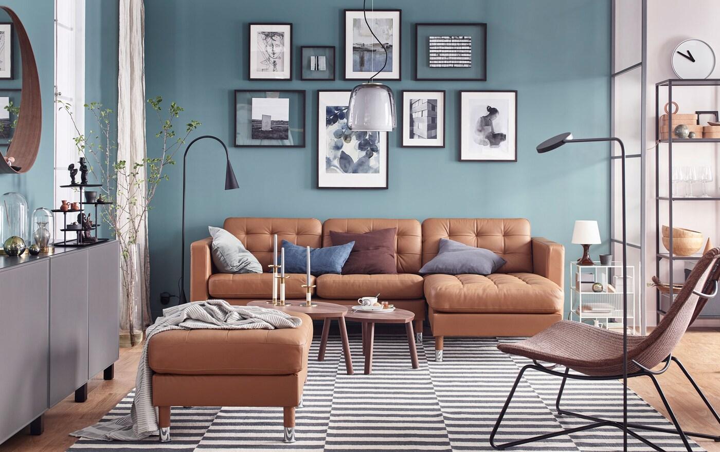 Sisusta olohuone ylellisesti kohtuuhintaan. Kullanruskea IKEA LANDSKRONA nahkasohva, jossa on täydellisesti istuva nahkapäällinen, pehmeät irrotettavat käsinojat ja nappikoristeet, sekä LANDSKRONA divaani.