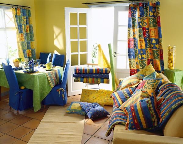 Sisustuskuva vuodelta 1997, jossa värikkäitä tekstiilejä.