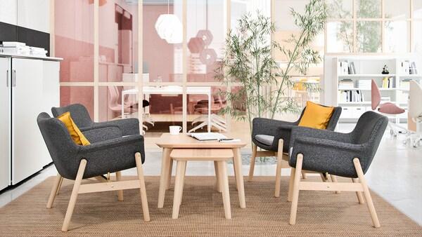 Sittegruppe satt sammen av 4 stk VEDBO stoler i grå og LISABO bord i to størrelser.
