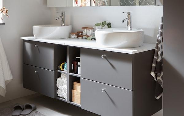 Sivi GODMORGON/TOLKEN kupatilski nameštaj s četiri fioke za skriveno odlaganje i četiri odeljka za otvoreno odlaganje.