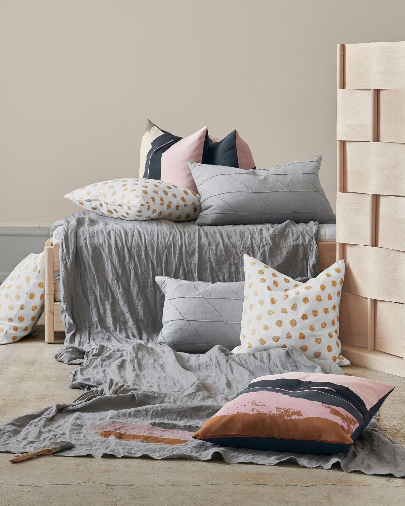 SKÄGGÖRT-tyynynpäällisessä on kullanvärinen pallokuosi. Se, ja ELDTÖREL-tyynynpäällinen, tuovat kotiin hiukan kimallusta. Tässä uudet IKEA-tekstiilit!