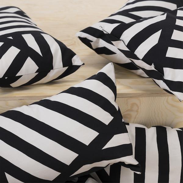 SKÄRVFRÖ Kissen schwarz/weiß auf einer Holzstufe