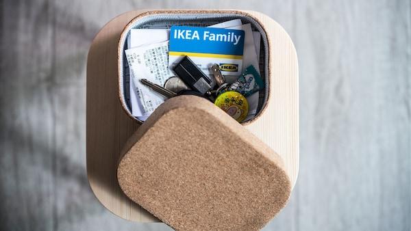 Škatuľka s kartou IKEA Family a kľúčami vo vnútri.