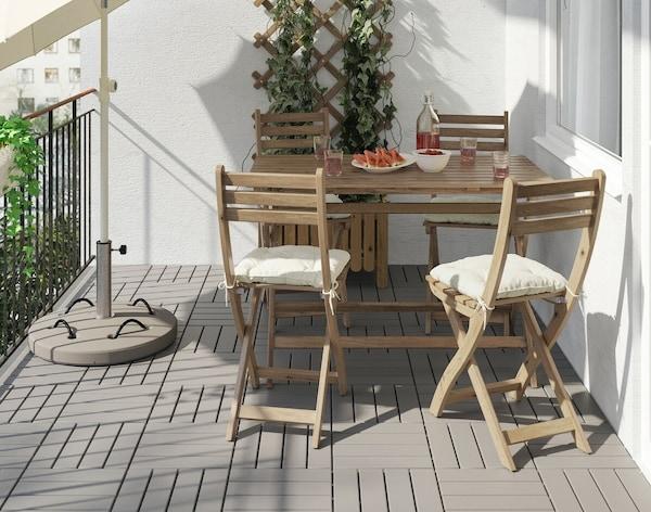 Складные стулья на балконе у стола