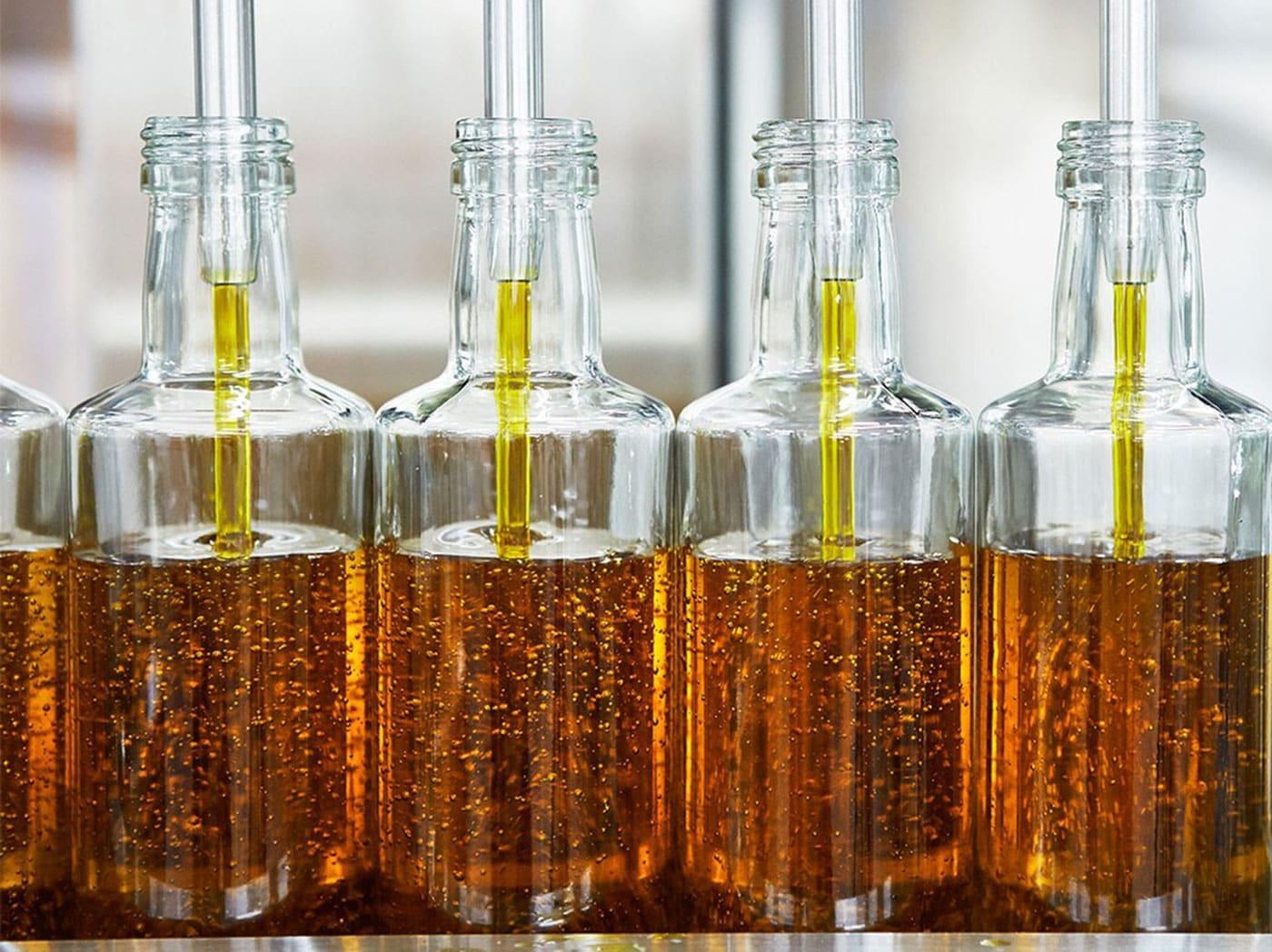 Sklenené fľaše s organickým repkovým olejom IKEA SMAKRIK.