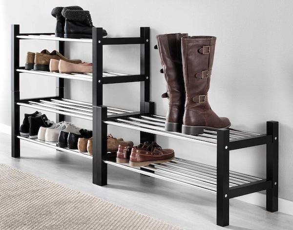 Sko og støvler, der står på skohylder.