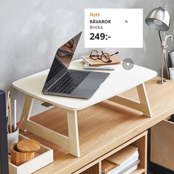Skrivbord ned en bricka på för att kunna stå upp och arbeta vid en laptop,