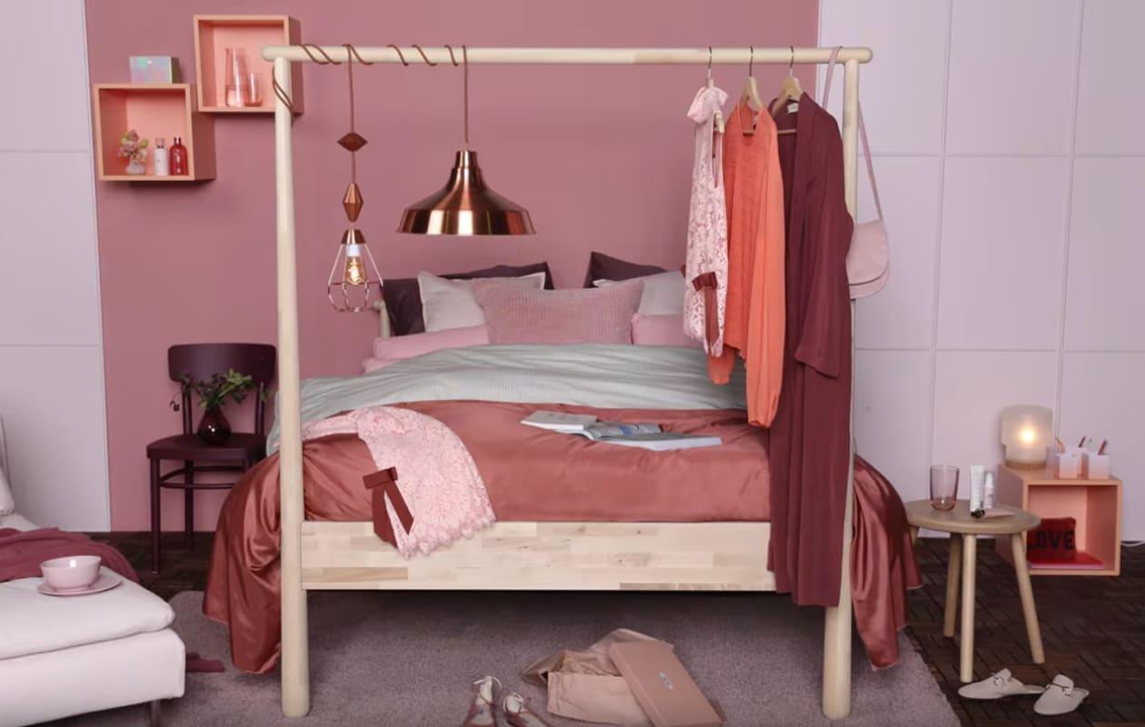 Slaapkamer met GJÖRA bed in Pinks en New Romantic stijl - IKEA X ELLE Decoration
