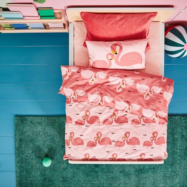 SLÄKT meegroeibed met RÖRANDE flamingorode dekbedovertrek