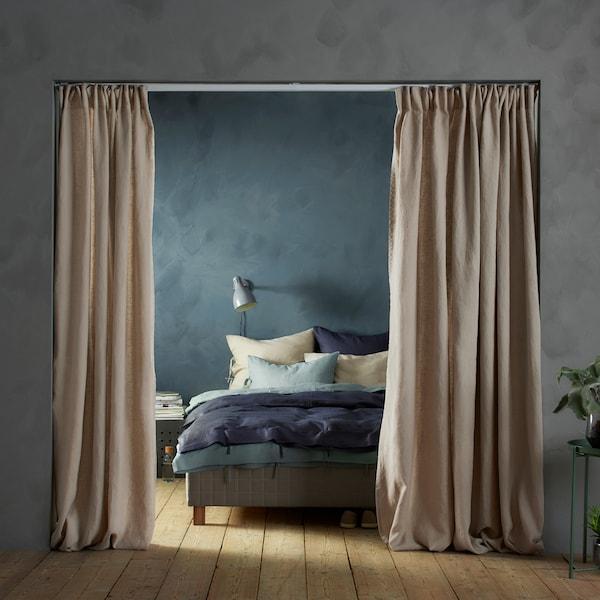 Slik kan du dele opp rommet med gardiner.