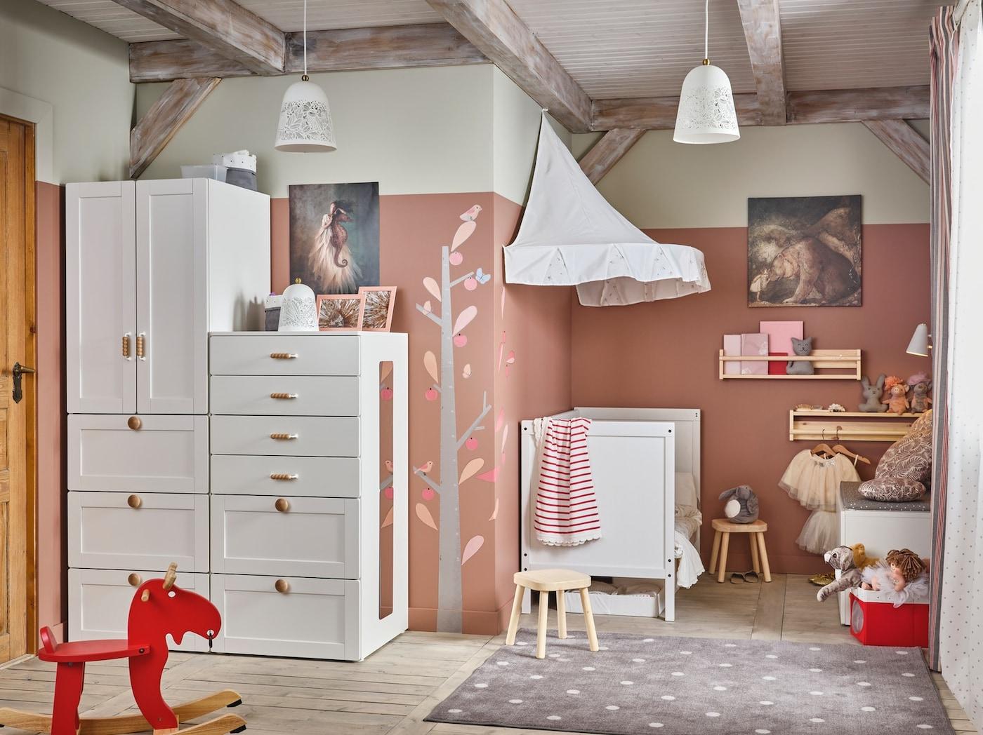 SMÅSTAD møbler i et barnerom.