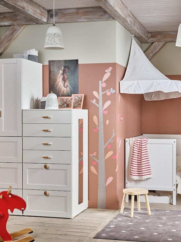 SMASTAD Möbel von IKEA stehen in einem Kinderzimmer