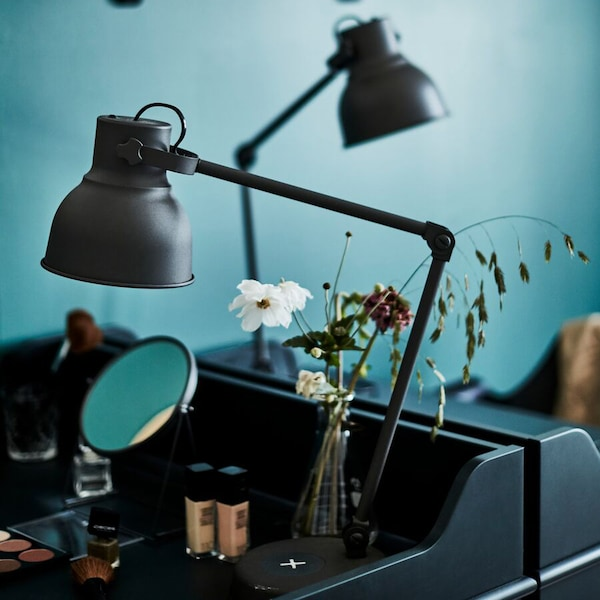 Sminkbord i del av sovrum.