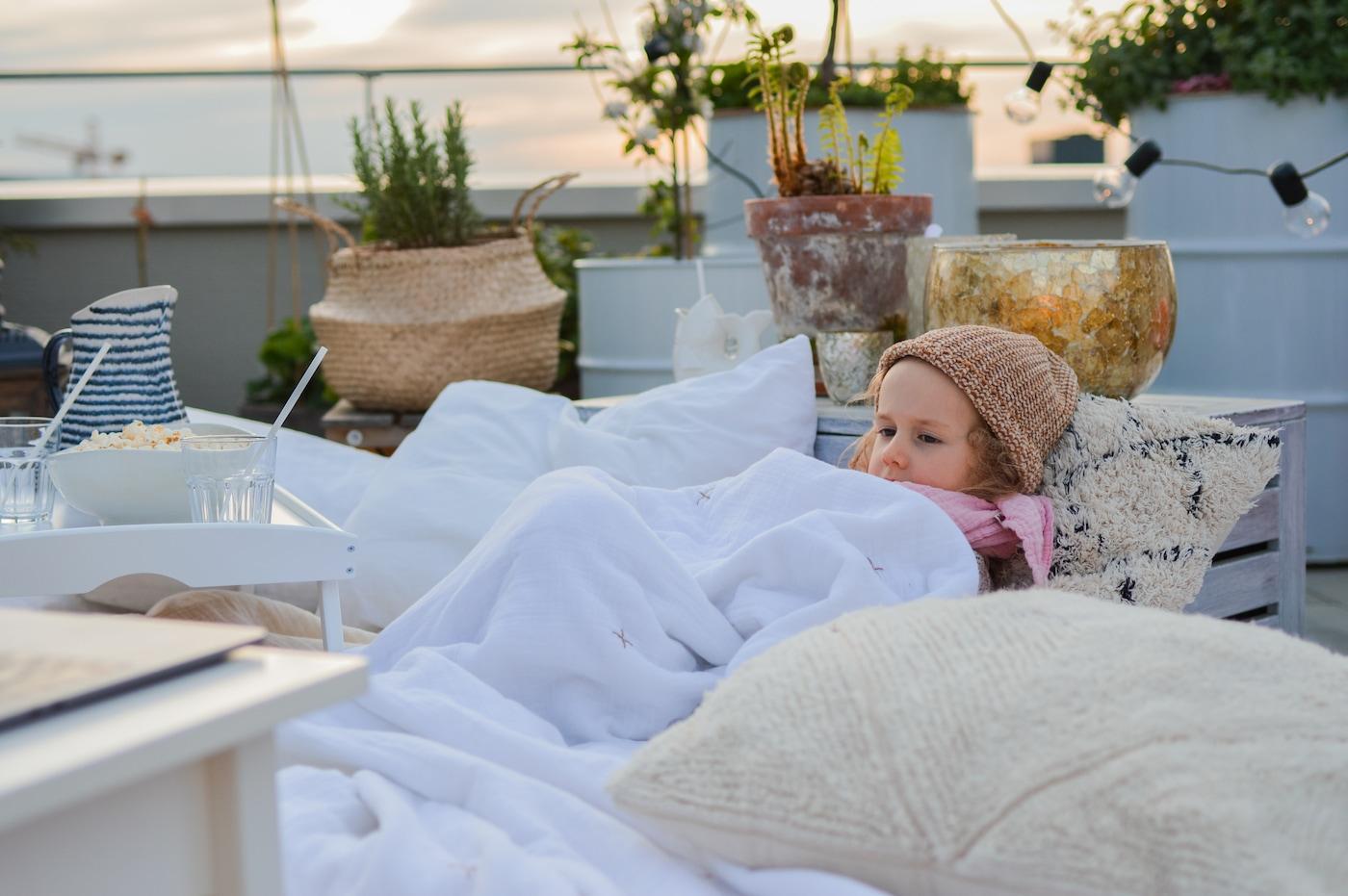 So verwandelst du deine Dachterrasse in ein Kino für Kinder