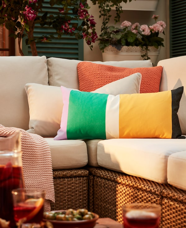 Sofá con cojines de colores para tu terraza chill out