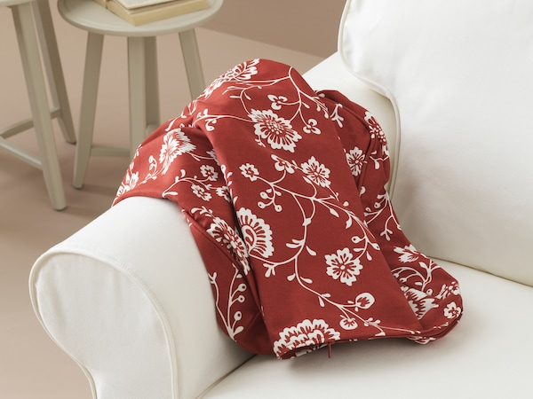 Sofa med et nytt sofatrekk klart til å trekkes på