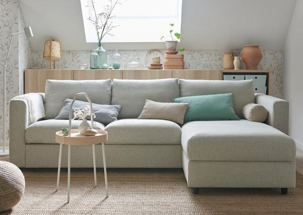 Sofá VIMLE em bege claro numa sala iluminada e decoração clara e colorida