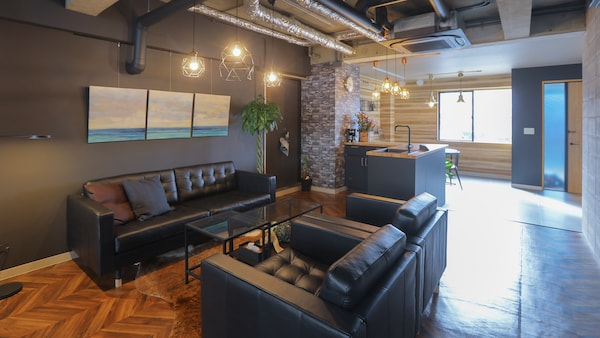 ソファのある空間は、黒を基調にして、落ち着いたムードに。