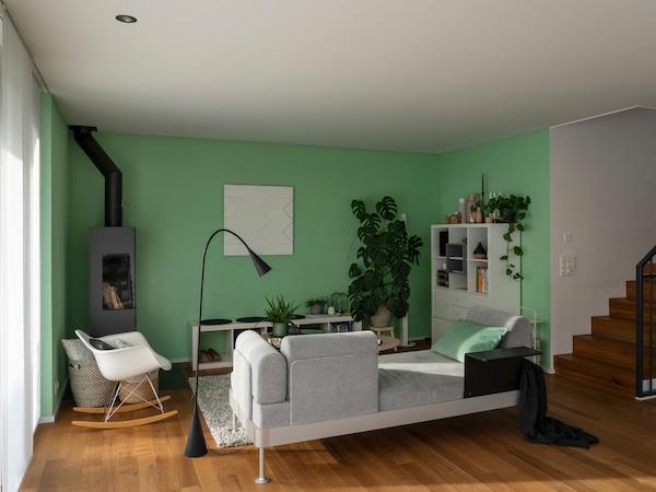 Soggiorno con divano dalla collezione IKEA DELAKTIK con Tom Dixon.