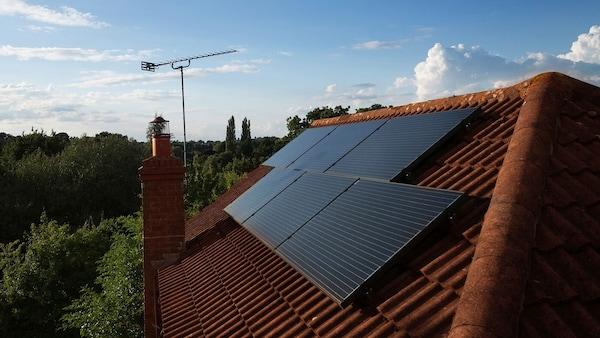 Solárne panely na streche budovy.