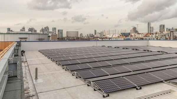 Solární panely na střeše budovy.