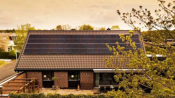 Solcellspaneler på ett hustak.