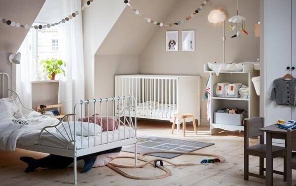 화이트 SOLGUL/솔굴 유아용침대와 기저귀교환대, MINNEN/민넨 길이조절침대로 꾸민 함께 쓰는 아이들의 방이에요.