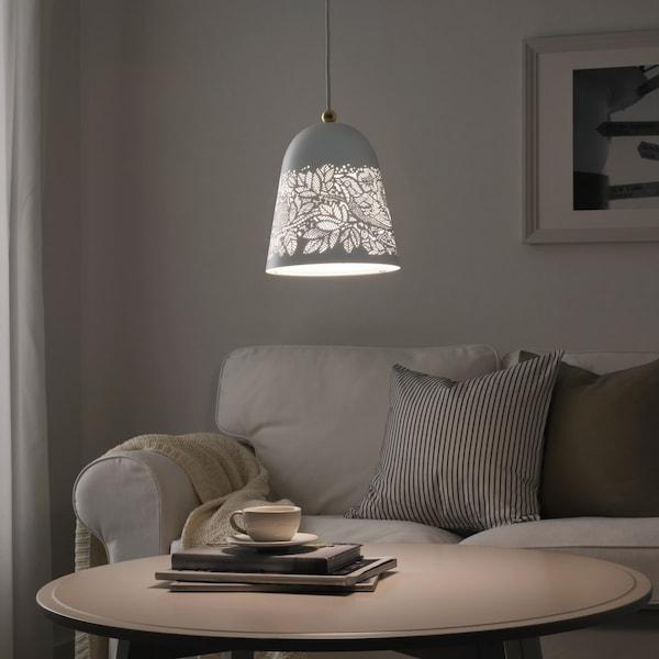 solskur hanglamp wit in een woonkamer met salontafel en zetel