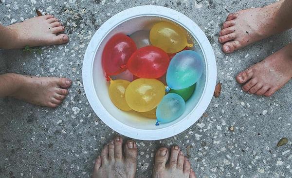 Sommerferien zu Hause: Eimer mit umweltverträglichen Wasserballons