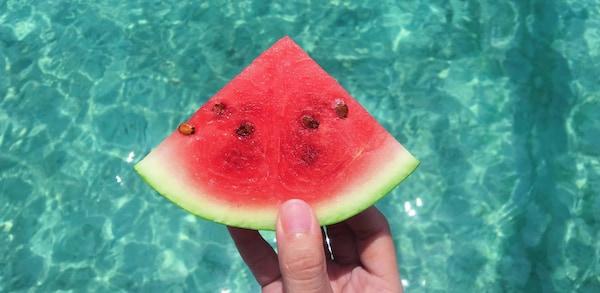 Sommerferien zu Hause mit einem Stück Wassermelone für die heißen Tage