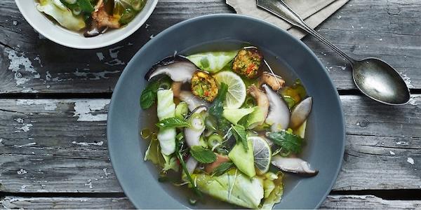 Sopa de verduras con albóndigas vegetales