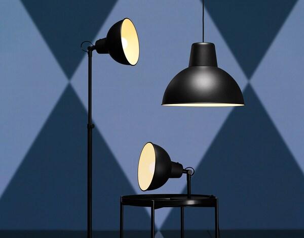 Sorte SKURUP lamper på blå baggrund.