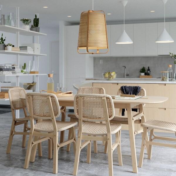 Советы по обустройству светлой и просторной столовой для семейных посиделок.