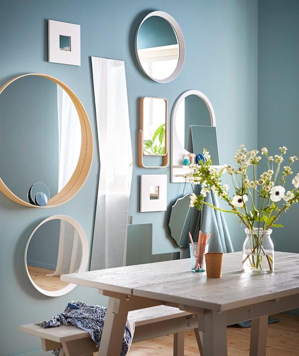 Создайте стильный коллаж из зеркал! Попробуйте сочетание различных стилей, например крючки и зеркало ИКЕА САЛТРЁД с полкой.
