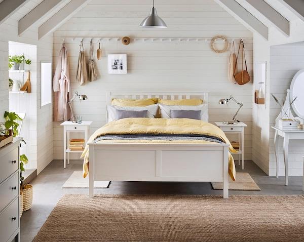 Спальня в светлых тонах с мебелью из натуральных материалов