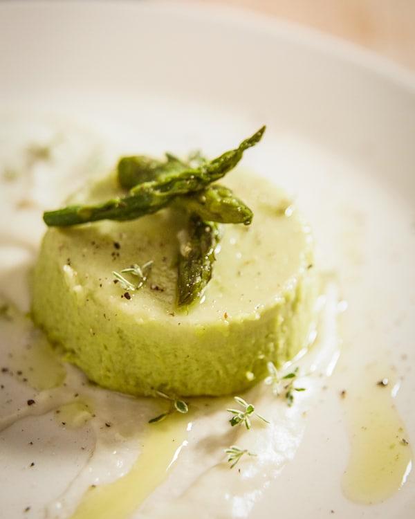 Spargelflan mit Parmesansoße.