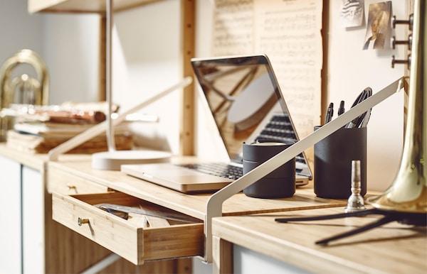 Spazio di lavoro con computer portatile all'interno di una combinazione da parete - IKEA