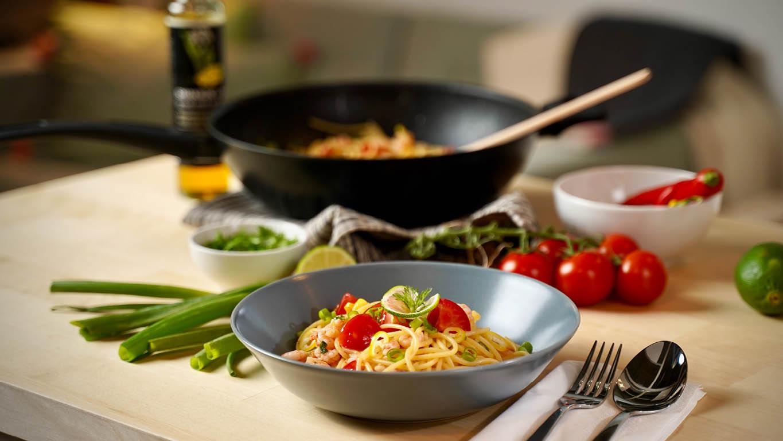 Spicy Spaghetti mit Garnelen mit frischen Cocktailtomaten in einer blauen DINERA Schüssel